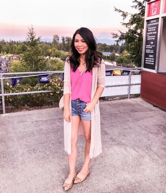 Damen Outfits 2020: Wenn Sie ein entspanntes Outfit erzielen möchten, macht die Paarung aus einer rosa Strickjacke mit einer offenen Front und blauen Jeansshorts Sinn. Beige Leder Ballerinas fügen sich nahtlos in einer Vielzahl von Outfits ein.