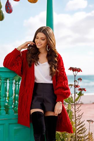 Wie kombinieren: rote Strick Strickjacke mit einer offenen Front, weißes Seide Trägershirt, schwarze Satinshorts, schwarze Overknee Stiefel aus Wildleder