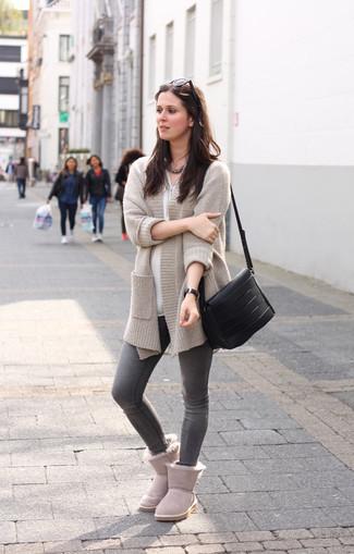 Graue Ugg Stiefel kombinieren – 10 Damen Outfits: Die Kombi aus einer hellbeige Strickjacke mit einer offenen Front und grauen engen Jeans schafft die gelungene Balance zwischen einem Casual-Look und zeitgenössische Schick. Wenn Sie nicht durch und durch formal auftreten möchten, entscheiden Sie sich für grauen Ugg Stiefel.