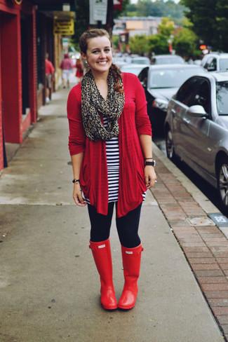 Dunkelblaue Leggings kombinieren – 26 Damen Outfits: Die Paarung aus einer roten Strickjacke mit einer offenen Front und dunkelblauen Leggings bietet die ideale Balance zwischen Funktion und Look. Machen Sie diese Aufmachung leger mit roten Gummistiefeln.