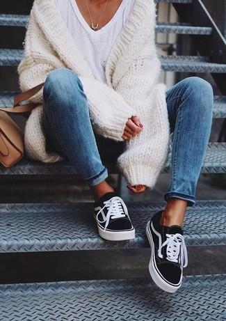 Wie kombinieren: weiße Strick Strickjacke mit einer offenen Front, weißes T-Shirt mit einem V-Ausschnitt, schwarze und weiße Segeltuch niedrige Sneakers, beige Leder Umhängetasche