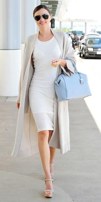 Miranda Kerr trägt Graue Strickjacke mit offener Front, Weißes Figurbetontes Kleid, Graue Leder Sandaletten, Hellblaue Satchel-Tasche aus Leder