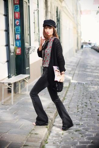 Entscheiden Sie sich für eine schwarze Strick Strickjacke mit einer offenen Front und schwarzen Schlagjeans für ein bequemes Outfit, das außerdem gut zusammen passt.