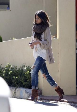 Selena Gomez trägt Hellbeige Strick Strickjacke mit offener Front, Weißes bedrucktes T-Shirt mit Rundhalsausschnitt, Blaue Boyfriend Jeans mit Destroyed-Effekten, Dunkelbraune Leder Stiefeletten