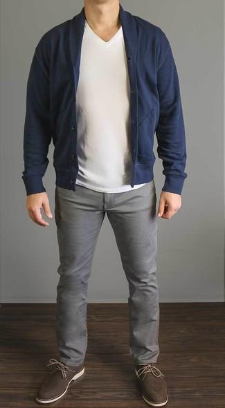 Was Passt Zu Dunkelblau dunkelblaue strickjacke mit schalkragen weißes t shirt mit v