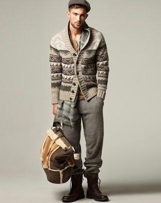 Entscheiden Sie sich für eine hellbeige Strickjacke mit einem Schalkragen mit Fair Isle-Muster und eine graue Jogginghose für ein Alltagsoutfit, das Charakter und Persönlichkeit ausstrahlt. Setzen Sie bei den Schuhen auf die klassische Variante mit braunen Lederstiefeln.