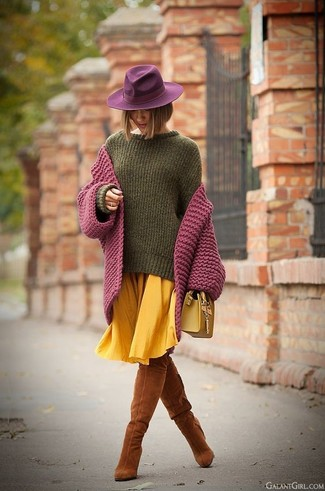 Wie kombinieren: lila Strick Strickjacke, olivgrüner Oversize Pullover, gelber Falten Midirock, rotbraune Overknee Stiefel aus Wildleder