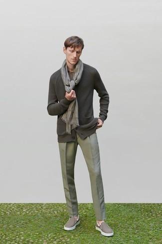 Dunkelgraue Strickjacke kombinieren – 384 Herren Outfits: Kombinieren Sie eine dunkelgraue Strickjacke mit einer grauen Anzughose, um vor Klasse und Perfektion zu strotzen. Bringen Sie die Dinge durcheinander, indem Sie braunen Slip-On Sneakers aus Segeltuch mit diesem Outfit tragen.