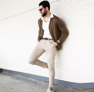 Weiße Leder niedrige Sneakers kombinieren – 500+ Herren Outfits: Vereinigen Sie eine braune Strickjacke mit einer hellbeige Chinohose für ein Alltagsoutfit, das Charakter und Persönlichkeit ausstrahlt. Wenn Sie nicht durch und durch formal auftreten möchten, komplettieren Sie Ihr Outfit mit weißen Leder niedrigen Sneakers.