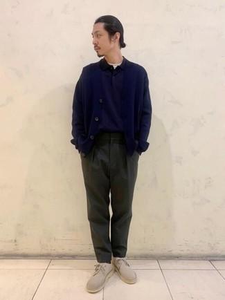 Dunkelblaue Strickjacke kombinieren – 483 Herren Outfits: Kombinieren Sie eine dunkelblaue Strickjacke mit einer dunkelgrünen Chinohose für ein Alltagsoutfit, das Charakter und Persönlichkeit ausstrahlt. Hellbeige Chukka-Stiefel aus Wildleder sind eine gute Wahl, um dieses Outfit zu vervollständigen.