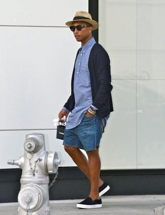 Wie kombinieren: schwarze Strickjacke, blaues Chambray Polohemd, blaue Jeansshorts, schwarze Slip-On Sneakers