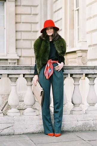 Olivgrünen Pullover mit einem Rundhalsausschnitt kombinieren – 42 Damen Outfits: Mit dieser Kombi aus einem olivgrünen Pullover mit einem Rundhalsausschnitt und einer dunkeltürkisen weiter Hose werden Sie die ideale Balance zwischen unkompliziertem Freizeit-Look und zeitgenössische Schick schaffen. Rote Leder Pumps sind eine ideale Wahl, um dieses Outfit zu vervollständigen.