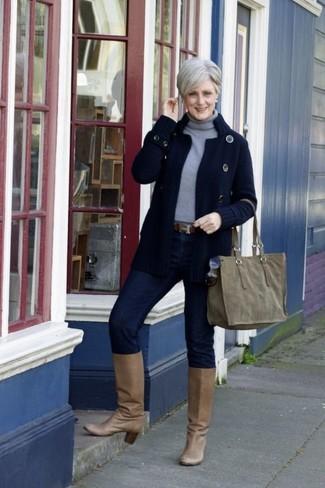 Wie kombinieren: dunkelblaue Strick Strickjacke, grauer Rollkragenpullover, dunkelblaue enge Jeans, beige kniehohe Stiefel aus Leder