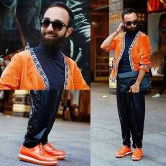 Wie kombinieren: orange Strickjacke, schwarzer Rollkragenpullover, schwarze Jogginghose aus Leder, orange Leder Derby Schuhe