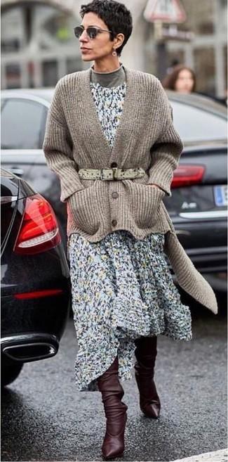 Erwägen Sie das Tragen von einer braunen strick strickjacke und einer schwarzen sonnenbrille von Prada und Sie werden wie ein richtiges Babe aussehen. Komplettieren Sie Ihr Outfit mit dunkelbraunen kniehohe stiefeln aus leder.