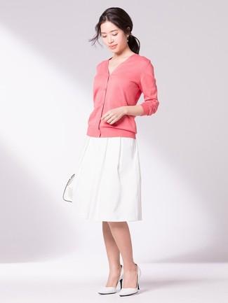 Wie kombinieren  rosa Strickjacke, weißer ausgestellter Rock, weiße Leder  Pumps, weiße Shopper 960d476ebb