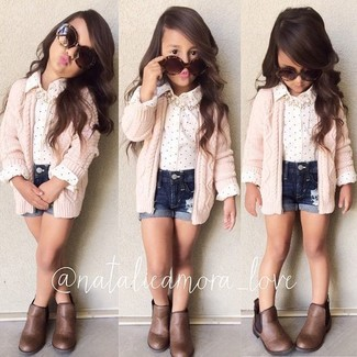 Wie kombinieren: rosa Strickjacke, weißes Businesshemd, dunkelblaue Jeansshorts, braune Stiefel