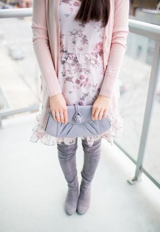 Wie kombinieren: rosa Strickjacke, rosa gerade geschnittenes Kleid aus Chiffon mit Blumenmuster, graue Overknee Stiefel aus Wildleder, graue Leder Clutch