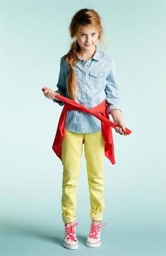 Wie kombinieren: rote Strickjacke, hellblaues Jeans Businesshemd, gelbe Jeans, rosa Turnschuhe