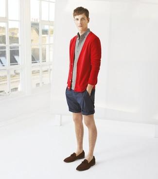 Wie kombinieren: rote Strickjacke, graues Polohemd, dunkelblaue vertikal gestreifte Shorts, dunkelbraune Wildleder Slipper mit Quasten