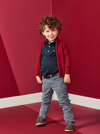 Wie kombinieren: rote Strickjacke, schwarzes Polohemd, graue Jeans, dunkelbraune Turnschuhe