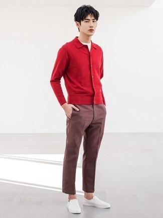 Wie kombinieren: rote Strickjacke, weißes T-Shirt mit einem Rundhalsausschnitt, dunkelrote Chinohose, weiße Slip-On Sneakers