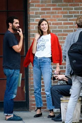 Wie kombinieren: rote Strickjacke, weißes bedrucktes T-Shirt mit einem Rundhalsausschnitt, blaue Jeans, schwarze Leder Ballerinas