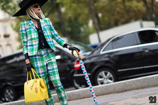Wie kombinieren: schwarze Strickjacke, grünes Sakko mit Schottenmuster, grüne Anzughose mit Schottenmuster, gelbe Satchel-Tasche aus Leder