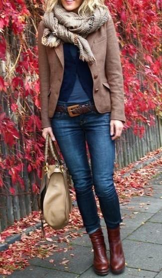 Entscheiden Sie sich für eine dunkelblaue Strickjacke und einen Unterteil für ein bequemes Outfit, das außerdem gut zusammen passt. Dunkelbraune Leder Stiefeletten sind eine großartige Wahl, um dieses Outfit zu vervollständigen.