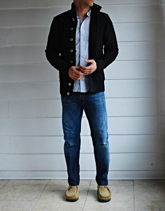 Schwarze Strickjacke kombinieren – 136 Herren Outfits: Die Vielseitigkeit von einer schwarzen Strickjacke und blauen Jeans machen sie zu einer lohnenswerten Investition. Hellbeige Chukka-Stiefel aus Wildleder sind eine perfekte Wahl, um dieses Outfit zu vervollständigen.