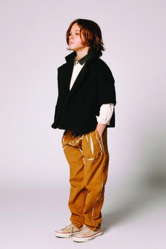 Wie kombinieren: schwarze Strickjacke, weißes Langarmhemd, rotbraune Jeans, hellbeige Turnschuhe