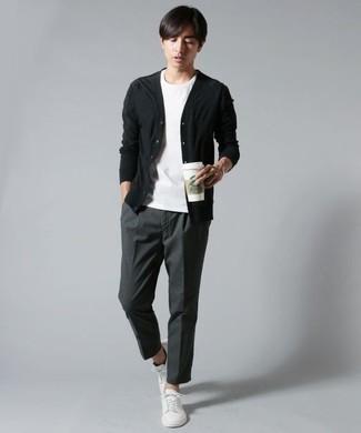 Schwarze Strickjacke kombinieren – 136 Herren Outfits: Kombinieren Sie eine schwarze Strickjacke mit einer dunkelgrauen Anzughose für eine klassischen und verfeinerte Silhouette. Fühlen Sie sich mutig? Vervollständigen Sie Ihr Outfit mit weißen Segeltuch niedrigen Sneakers.