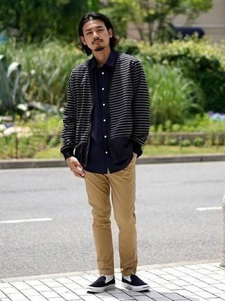 Dunkelblaues Kurzarmhemd kombinieren – 600+ Herren Outfits: Kombinieren Sie ein dunkelblaues Kurzarmhemd mit beige Jeans für ein sonntägliches Mittagessen mit Freunden. Schwarze Slip-On Sneakers aus Segeltuch sind eine gute Wahl, um dieses Outfit zu vervollständigen.