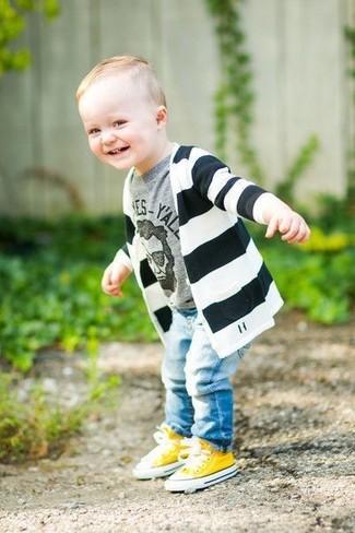 Wie kombinieren: schwarze und weiße horizontal gestreifte Strickjacke, graues bedrucktes T-shirt, hellblaue Jeans, gelbe Turnschuhe