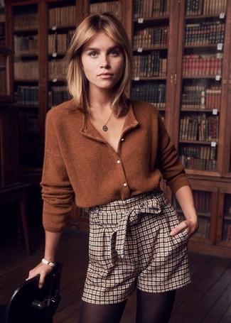 Damen Outfits 2020: Tragen Sie eine braune Strickjacke und hellbeige Shorts mit Karomuster, um ein modisches Casual-Outfit zu erzeugen.