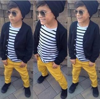 Wie kombinieren: schwarze Strickjacke, weißes und schwarzes horizontal gestreiftes T-shirt, gelbe Hose, schwarze Turnschuhe