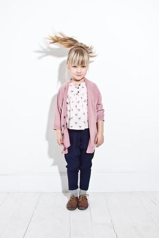 Wie kombinieren: rosa Strickjacke, weißes bedrucktes T-shirt, dunkelblaue Hose, braune Leder Oxford Schuhe