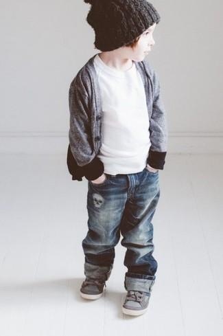 Wie kombinieren: graue Strickjacke, weißes T-shirt, dunkelblaue Jeans, graue Turnschuhe