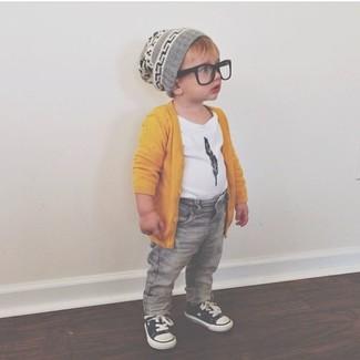 Wie kombinieren: gelbe Strickjacke, weißes T-shirt, graue Jeans, schwarze Turnschuhe