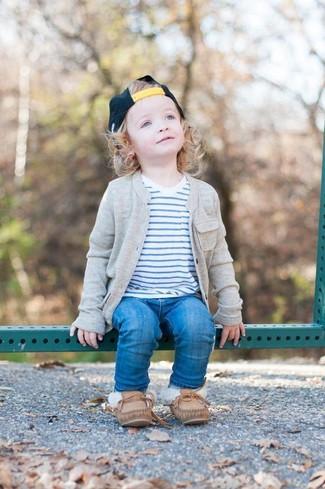 Wie kombinieren: graue Strickjacke, weißes horizontal gestreiftes T-shirt, blaue Jeans, braune Bootsschuhe