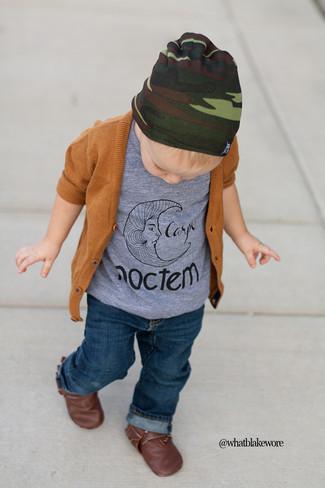Wie kombinieren: rotbraune Strickjacke, graues T-shirt, dunkelblaue Jeans, dunkelbraune Stiefel