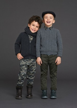 Wie kombinieren: dunkelgraue Strickjacke, graues bedrucktes T-shirt, graue bedruckte Jogginghose, dunkelbraune Stiefel