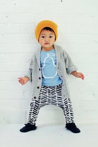 Wie kombinieren: graue Strickjacke, hellblaues bedrucktes T-shirt, weiße und schwarze horizontal gestreifte Jogginghose, schwarze Turnschuhe