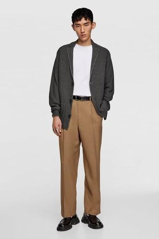 Herren Outfits & Modetrends: Kombinieren Sie eine dunkelgraue Strickjacke mit einer beige Anzughose, um vor Klasse und Perfektion zu strotzen. Ergänzen Sie Ihr Look mit schwarzen Leder Slippern.