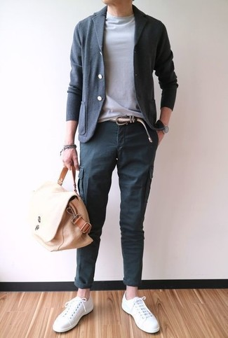 Wie kombinieren: dunkelgraue Strickjacke, graues T-Shirt mit einem Rundhalsausschnitt, dunkelgraue Cargohose, weiße Segeltuch niedrige Sneakers