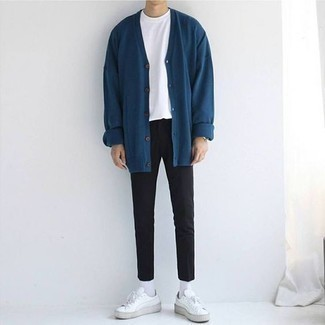 Weiße Leder niedrige Sneakers kombinieren: trends 2020: Tragen Sie eine dunkeltürkise Strickjacke und eine schwarze Chinohose, um mühelos alles zu meistern, was auch immer der Tag bringen mag. Bringen Sie die Dinge durcheinander, indem Sie weißen Leder niedrige Sneakers mit diesem Outfit tragen.