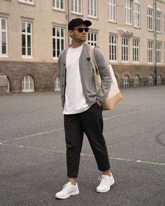 Hose kombinieren: trends 2020: Kombinieren Sie eine graue Strickjacke mit einer Hose für einen bequemen Alltags-Look. Weiße Sportschuhe sind eine gute Wahl, um dieses Outfit zu vervollständigen.