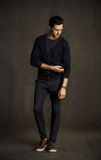 Schwarze Strickjacke kombinieren – 136 Herren Outfits: Kombinieren Sie eine schwarze Strickjacke mit einer dunkelgrauen Chinohose, um einen lockeren, aber dennoch stylischen Look zu erhalten. Fühlen Sie sich ideenreich? Komplettieren Sie Ihr Outfit mit braunen Leder niedrigen Sneakers.