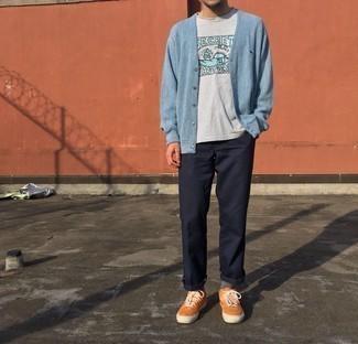 Strickjacke kombinieren – 500+ Herren Outfits: Kombinieren Sie eine Strickjacke mit einer dunkelblauen Chinohose, um mühelos alles zu meistern, was auch immer der Tag bringen mag. Suchen Sie nach leichtem Schuhwerk? Komplettieren Sie Ihr Outfit mit orange Wildleder niedrigen Sneakers für den Tag.