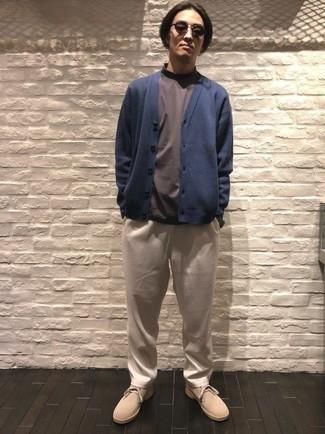 Dunkelblaue Strickjacke kombinieren – 483 Herren Outfits: Tragen Sie eine dunkelblaue Strickjacke und eine hellbeige Chinohose für ein sonntägliches Mittagessen mit Freunden. Komplettieren Sie Ihr Outfit mit hellbeige Chukka-Stiefeln aus Wildleder.
